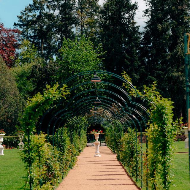 chateau-de-peufeilhoux-vallon-en-sully-06