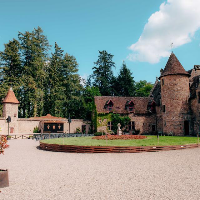 chateau-de-peufeilhoux-vallon-en-sully-03