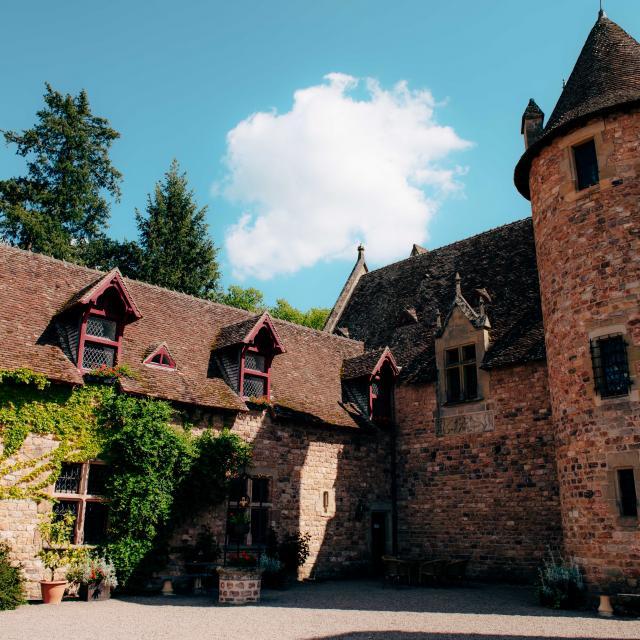 chateau-de-peufeilhoux-vallon-en-sully-01
